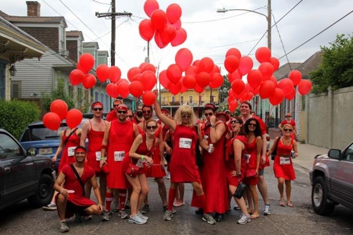 Běžci vdámských červených šatech proběhnou  centrem Prahy, podpoří charitu