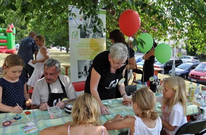 Babičky a dědečkové vyrazí do ulic lákat lidi k tvoření