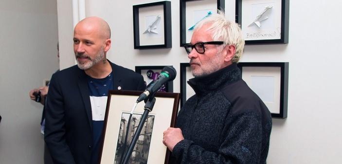 Výstava Roberta Vana v kavárně Bílá vrána pomáhá lidem s mentálním postižením
