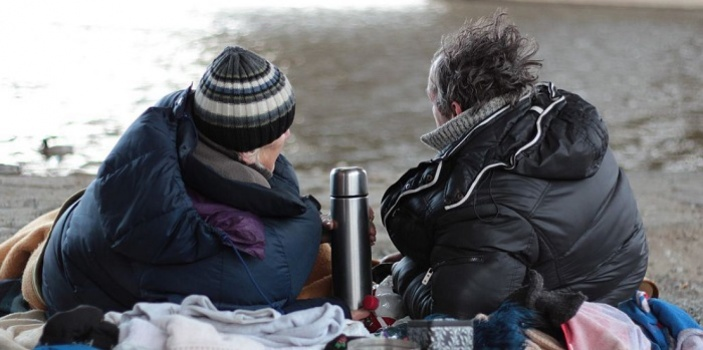 Matka a syn bez domova: pomůže nám i popovídání