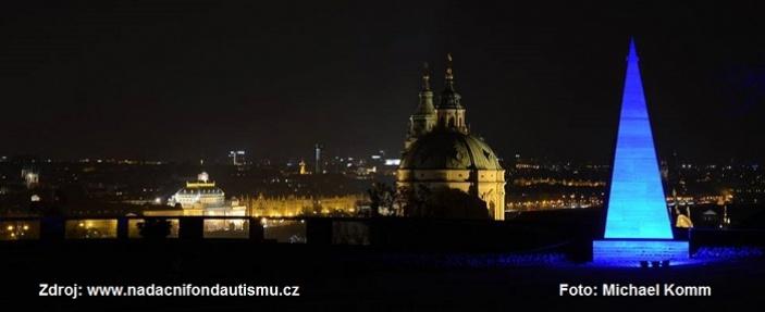 V Praze se svítilo modře