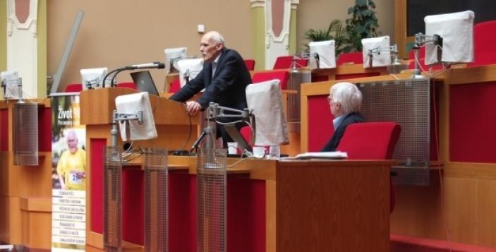 Společnost i stát podhodnocuje autonomii seniorů, možnosti péče o starší lidi jsou roztříštěné